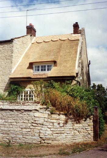 ヨーロッパの茅葺きは茅材の根元を屋根の外側に出して厚めに葺く、「真葺き(まぶき)」という葺き方をする点で日本のそれと近いものがあるのですが、当地では茅葺きでも  ...
